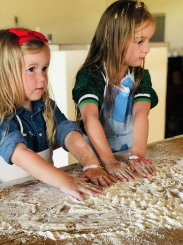 Agriturismo Le Selvole corso cucina toscana, pasta fatta in casa, le mani in pasta- Agriturismo Le Selvole cooking class of Tuscan cuisine, homemade pasta, hands in dough
