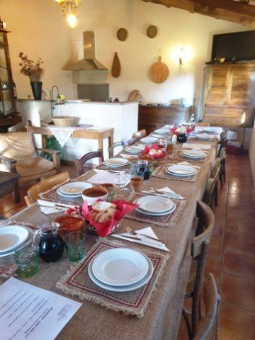 Agriturismo Le Selvole degustazione prodotti tipici toscani, la tavola apparecchiata per i nostri ospiti - Agriturismo Le Selvole Tuscan tasting typical products, the table set for our guests